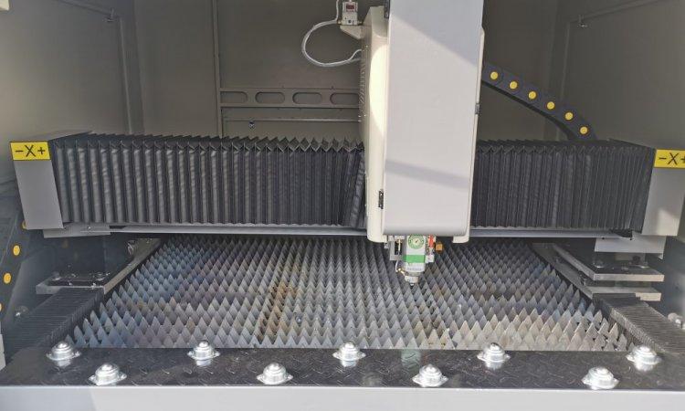 Vente de machine à découper le métal au laser Fibre Lyon, table de travaille en dents de scie