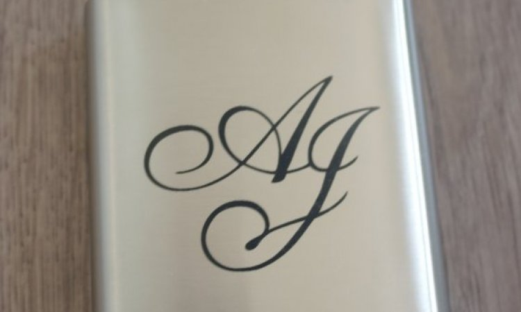 DIAM Laser Gravure sur inox Lyon, flasque personnalisée avec une gravure